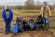 Hochwasser spült Müll an Ufer: Frühjahrsputz in der Auenlandschaft