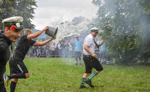 10 rintelnaktuell exten schuetzenfest schlacht exterfeld 2019 eolendoerper gruene schwarze napoleon wasser gaudi event veranstaltung