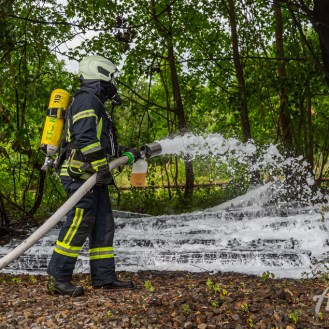 20 rintelnaktuell feuerwehr rinteln brand holz bahnschwellen grosse tonkuhle nordstadt 2.7.19