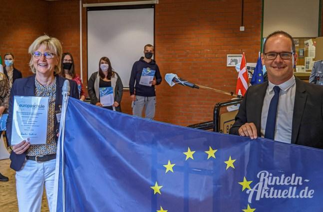 06 rintelnaktuell europaschule bbs rinteln grant hendrik tonne kultusminister uebergabe zertifikat 02.09.2020