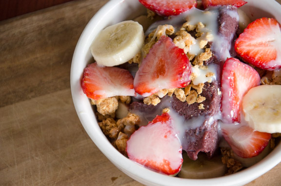 Açaí with strawberry, banana and granola