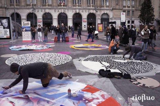 Street-art x prévention santé! RioFluo a créé l'événement en concevant et réalisant la plus grande fresque au sol sur l'une des places les plus en vue de Paris pour attirer l'attention sur une maladie du psoriasis. Suite au succès du projet « La peau s'affiche », l'agence RP LJ COM et la fondation Léo Pharma ont demandé à RioFluo de réfléchir à une opération de sensibilisation grand public sur la maladie du Psoriasis.