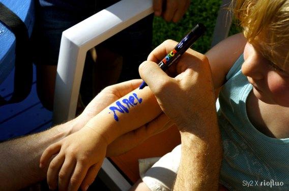 Une animation simple, gaie et ludique, l'art du body painting ou du tatouage éphémère, un street artiste vient peindre sur votre corps des motifs originaux. L'art dans la peau. body-painting, riofluo, live painting, street-art, france, graffiti, art urbain, peinture, performance, ile de france, artistique, artiste, graffeur