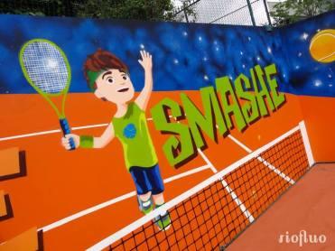 La Fédération Française de Tennis a proposé à Riofluo de repenser le visuel du tennis club à Roland Garros en tenant compte de leur nouvelle charte graphique. Cette dernière a été mise en place pour un apprentissage des jeunes joueurs avec un nouveau système de grade appelé galaxie tennis. Nous avons réalisé la décoration murale du terrain de tennis, ainsi que le graphisme de l'arche d'entrée. FFT, Roland Garros, Tennis, graffiti, Paris, Décoration, street-art, Galaxie tennis