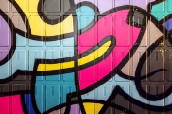 Pour le lancement du nouveau mobile One Plus, L'agence Magic Garden a fait appel à Riofluo afin de créer une fresque Street-Art sur une paroie composée de prêt de 1000 coques de protection. Cette superbe fresque a été peinte par l'artiste Jean Baptiste Pierre avec ces fameux Jibiz. Cette fresque installée lors du lancement commercial du Mobile One Plus à la Fnac Ternes à Paris a permis de créer un effet Waouh. Chaque acheteur de mobile a pu repartir avec une coque faisant partie de la fresque. Une jolie manière de créer un goodies unique et arty pour remercier les clients. Merci à Magic Garden, à Jean Baptiste Pierre et aux photos de Mathieu Beaudet. Lancement de produit, Paris, Fnac, One plus, Jibiz, Magic Garden, smartphone, graffiti, goodies