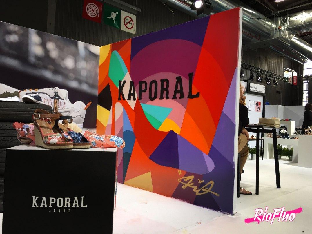 Riofluo sur le salon Who's Next 2019, grâce à l'agence Dresco pour le stand Kaporal. Nous avons réalisé la décoration d'une partie du stand Kaporal sous la forme d'une peinture live graffiti reprenant les couleurs de la marque avec une très jolie création originale graphique signée Skio. Une journée créative dans l'un des plus grands salons de mode de France. Salon, street-art, decoration, live painting, shoes, mode, fashion, paris
