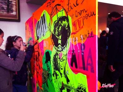 News fluo du Vendredi Pour les 20 ans de la médiathèque Jacques Duhamel au Plessis-Trévise, nous avons organisé un atelier fluo pour les enfants. Grace à des lés de papier fluo imprimés de dessins sur la thématique de la médiathèque, les enfants ont composé leur propre fresque agrémentée de dessins fluos en mode marqueurs de notre partenaire Posca En parallèle nous avons customisé leurs amplis Marshall en les recouvrant entièrement de prénoms de guitaristes rock légendaires. Marshall, scratch paper, scratch booking, street-art, fluo, Posca, Sitou, Skio, culture, atelier participatif, Graffiti, Street-Art, participatif, pochoirs, Riofluo