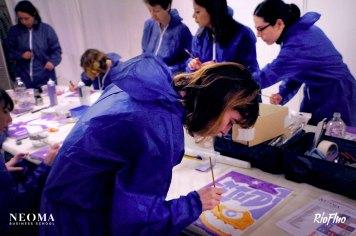 Pour le lancement de leur nouvelle charte graphique, Néoma Business School a fait appel à Riofluo pour une matinée de Team building créatif. Encadrés par nos Street-artistes, l'équipe de Néoma a élaboré une fresque collective en se servant des codes graphiques et des mots clés propre à l'école afin de partager et créer un patchwork de peinture collaborative. Teambuilding, peinture, collaboration, partage, création, streetart, esprit équipe, violet, entreprise, art, artistes, engagement, shape the futur, Be passionate, challenger, école, atelier, workshop, Riofluo