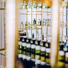 """Pour la décoration de leur nouveau showroom « Appartement étoile » devant l'arc de triomphe. La grande maison de parfum Symrise a fait appel à Riofluo afin de proposer l'artiste Skio pour la customisation d'un alambic et l'exposition de ces œuvres. L'oeuvre peinte sur l'alambic se nomme """"Parfum me"""" et est maintenant la pièce maitresse de ce lieu atypique. Une collaboration parfaite qui nous l'espérons se poursuivra. Symrise, parfum, luxe, alambic, customisation, art, paris, skio , Graffiti, Street-Art, Riofluo"""