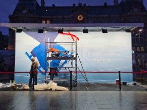 Opération @Magnum sur la Gare Saint Lazare avec @gares_connexions Pour commencer l'année 2021 Magnum installe une fresque géante, dujeudi 14 au samedi 16 janvier 2021, sur le parvis de la Gare Saint-Lazare. Celle-ci reprendra un visuel signé par l'illustrateur français, Thomas Danthony @lab.productions_ a fait appelle à nous afin de réaliser cette fresque. Consignes: Une journée contre froid et pluie pour boucler la fresque! #fresque #saintlazare #glace #streetart #riofluo #labproductions #gare #Magnum