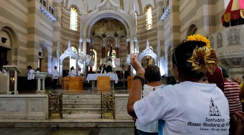 Igrejas recomendam evitar contato em missas para prevenir coronavírus