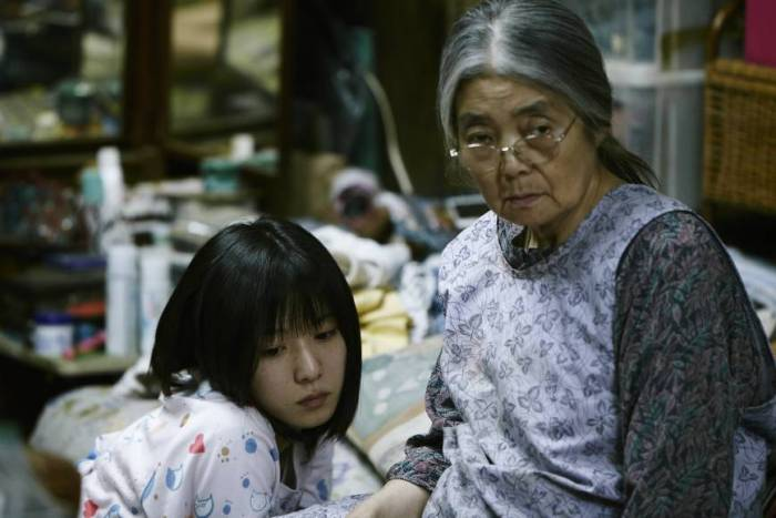 Mayu Matsuoka(left) and Kirin Kiki play characters who are part of an unconventional family in Shoplifters
