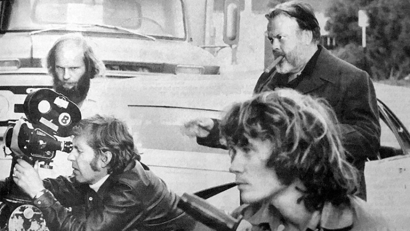 On set, Robert Random (John Dale) and Orson Welles, in The Other Side of the Wind, Reviewed at Riot Material magazine.