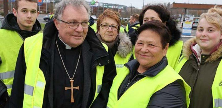 Un évêque en gilet jaune Mgr-ginoux-gilets-jaunes_article-1050x600