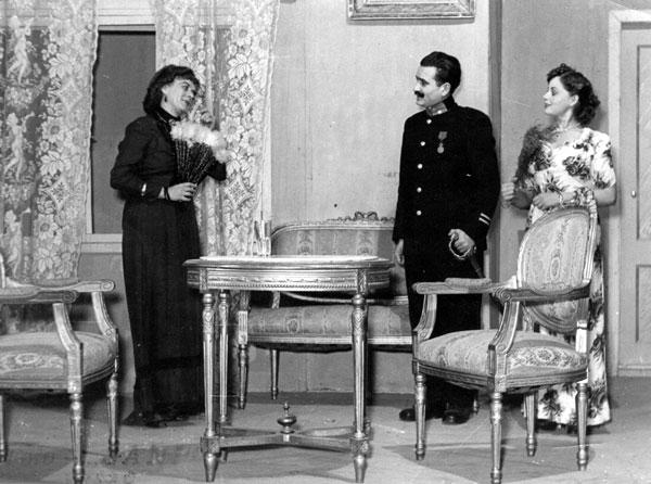 """Scenă din """"Bravul Șveic"""", în care a excelat distinsul actor și regizor Nicolae Polverejan. Cei trei sunt Zlata Rakic, de la Teatrul """"Sterija"""" – nemțoaică, Eftimiu Ursulescu și Cornelia Ilia."""