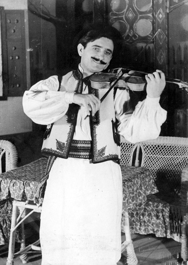 """Eftimiu Ursulescu în """"Mușcata din fereastră"""" - interpretând două roluri - muzician-violonist și vânător"""
