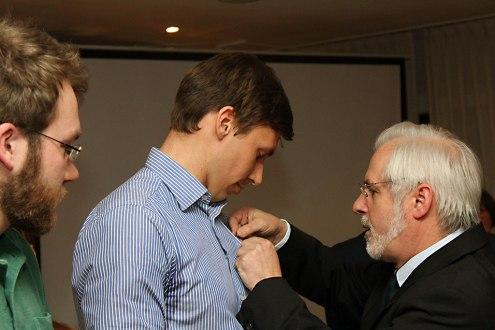Frank König ehrt Arne Schwiethal für seine Verdienste für den RRC