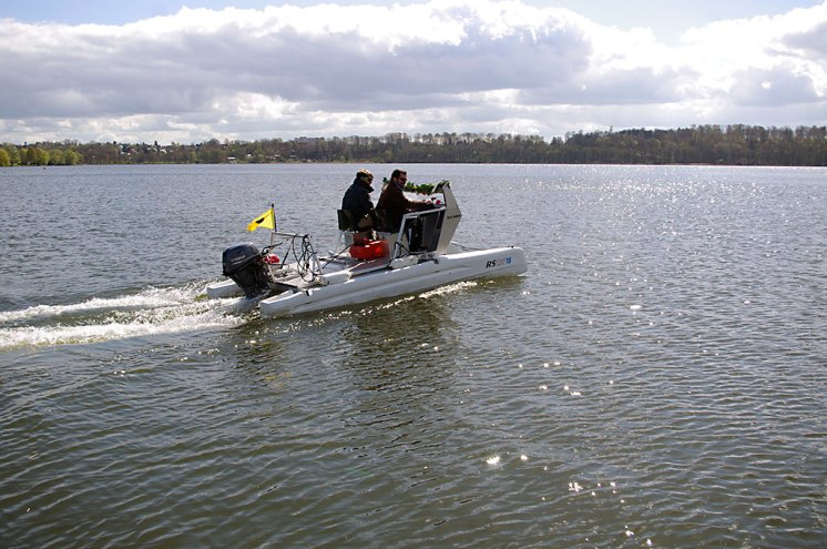 Wie kann ein Trainerboot in Ratzeburg anders heißen als Karl Adam (hier auf Jungfernfahrt mit den RRC-Trainern Malte Glomp und Sebastian Schulz, l.)