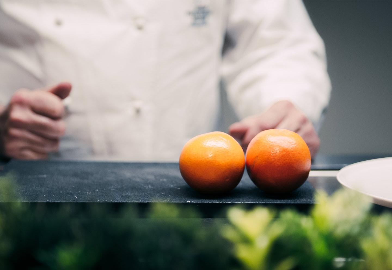 Preparazione piatto con arance - Bistrot Gellius Oderzo