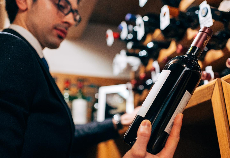 Sommelier con bottiglia di vino rosso - Ristorante stellato Gellius Oderzo