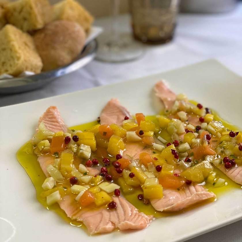 Salmone marinato con macedonia di frutta erba cipollina