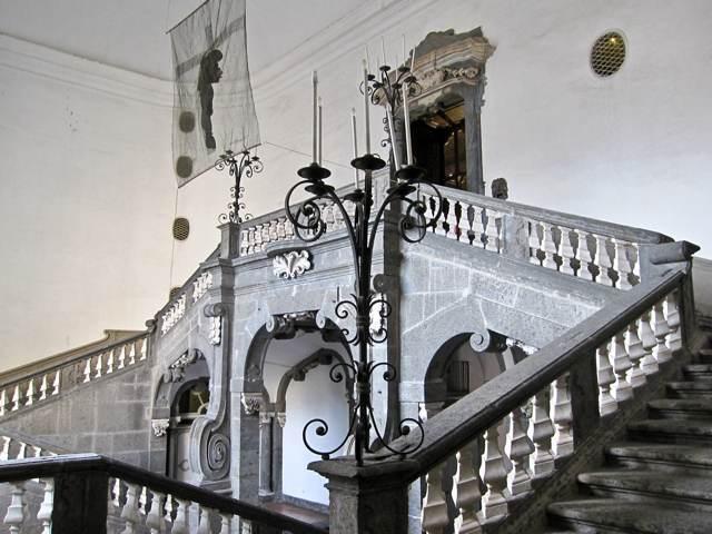 Napoli-Palazzo-Serra-Cassano-scalone