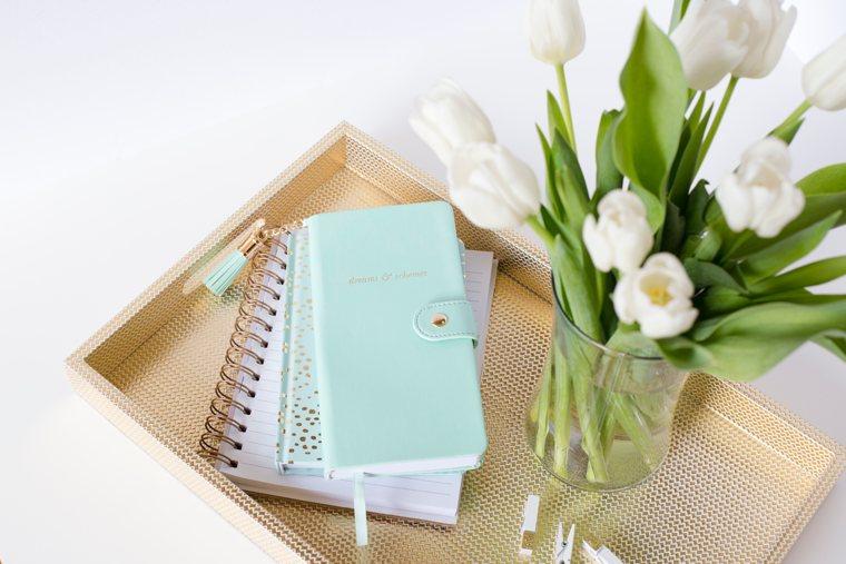 Per scrivere meglio occorre organizzarsi! Foto di taccuini e penne