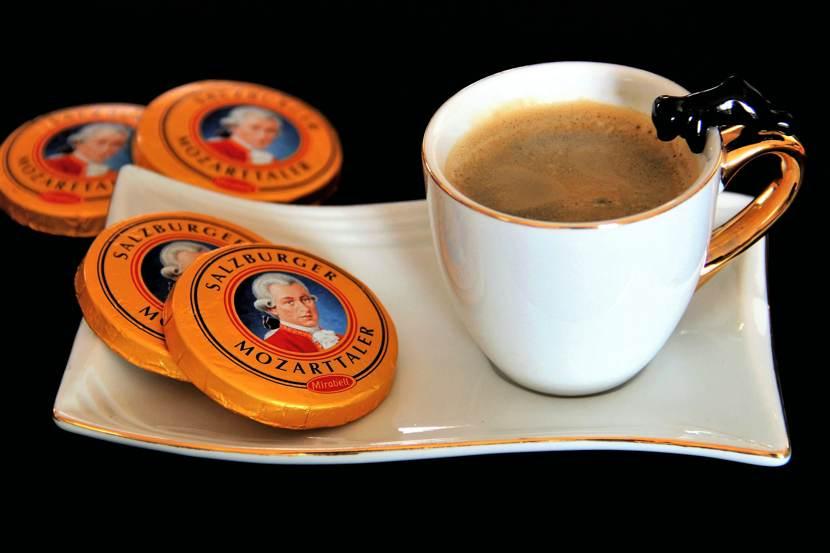 Il Mozart Forum: cioccolatini mozartiani con una tazza di caffè