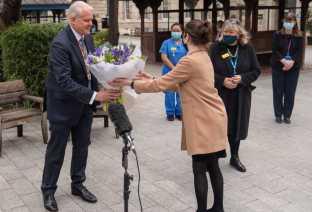 Queen Elizabeth sends flowers to hospital1