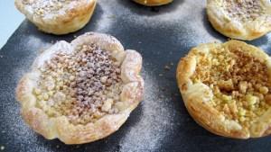 fertige Pasteis de Nata werden mit einem Gemisch aus Puderzucker und Zimt bestäubt
