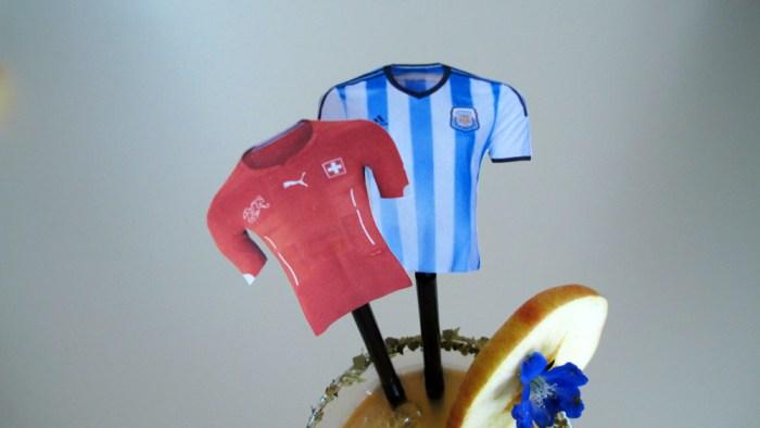 Trikot-Fähnchen der beiden Mannschaften im argentinischen Öpfelmost