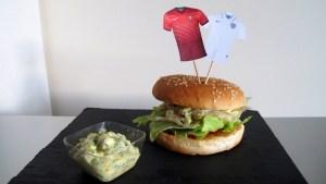 fertiger Portugiesischer Burger mit Trikotfähnchen der beiden Mannschaften