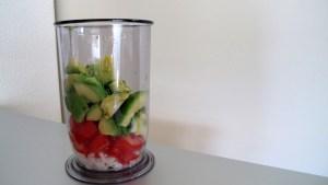 Zwiebeln, Tomaten und Avocado klein geschnitten im Mixbecher