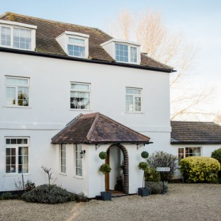 Fabulous riverside party house to rent for large groups, hen and stag parties