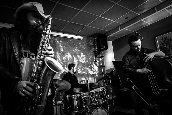 Simo Laihonen (rummut ja lyömäsoittimet), Sami Sippola (saksofoni) ja Ville Rauhala (kontrabasso) . Kuva: Jukka Piiroinen