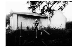 Jack Skeletron si reca nel cimitero della città di Halloween per riflettere sulla sua esistenza, allo stesso modo l'action figure dello stesso personaggio si è comodamente seduto su una tomba del 1800 per farsi scattare una foto tra un pensiero che va e un pensiero che viene.
