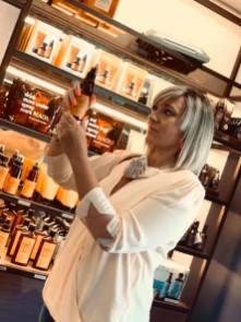 Una cliente prova uno dei profumi Nashi Argan. Foto di Store della Bellezza