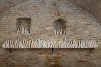Davide Monaldi, Santuario, 2014, 184 candele realizzate a mano in ceramica smaltata, mensola in legno,dimensioni candele (variabile),dimensioni mensola,345cm, foto di Claudio Lazzarini