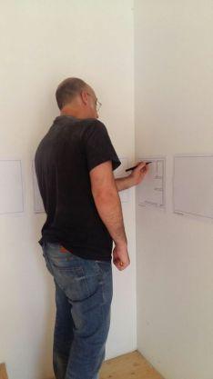 Piero Chiariello disegna con la mano sinistra per il progetto di Isotta Bellomunno