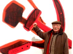 Nino Caruso con un'opera di Andy Warhol - Galleria Nazionale Roma