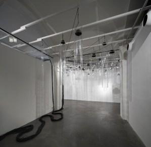 Roberto Pugliese, Emergenze acustiche, 2013, Plexiglass, speakers, cavi audio, cavi in metallo, computer, software, composizione audio Courtesy Galerie Mazzoli, Berlino. Foto Roberto Marossi (2)