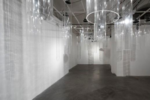 Roberto Pugliese, Emergenze acustiche, 2013, Plexiglass, speakers, cavi audio, cavi in metallo, computer, software, composizione audio Courtesy Galerie Mazzoli, Berlino. Foto Roberto Marossi (4)