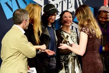 Anne Imhof riceve il Leone d'oro dalla Ministra Boschi.