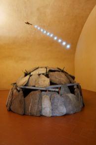 MARIO MERZ (Milano, 1925 - Torino, 2003) Igloo, 1991. Ferro, morsetti, pietre. Courtesy Collezione Merz, Torino (opera esposta al Forte di Belvedere)