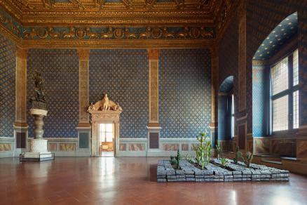 JANNIS KOUNELLIS (Pireo, 1936- Roma, 2017) Senza Titolo. 2005 Piombo, tessuto, terra, cactus. Courtesy Damiano Kounellis (opera esposta a Palazzo Vecchio)