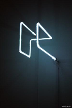 Senza titolo, 2017, Josè Angelino, vetro soffiato, acciaio, gas argon, alimentazione elettrica, ca 35 x15 x 15cm