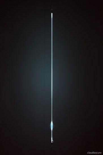 Senza titolo, 2017, Josè Angelino, vetro soffiato, acciaio, gas argon, alimentazione elettrica, ca h115, distanza dalla parete 45 cm