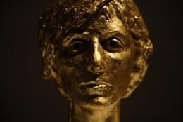 """Jessica Japino, """"IL BUONGIORNO HA L'ORO IN BOCCA"""" scultura 2017, porcellana, foglia d'oro 23 ¾ kt, 25 cm X 30 cm"""