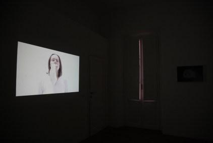 """Jessica Japino, SELF PORTRAIT W: MASK, video installazione 2017, video mono canale 7:24""""."""