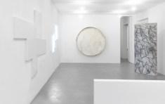 L'Occhio Filosofico. A arte Invernizzi, Milano, 2018. (Da sinistra a destra) Riccardo De Marchi, François Morellet, Rodolfo Aricò, Carlo Ciussi - © A arte Invernizzi, Milano. Foto Bruno Bani, Milano